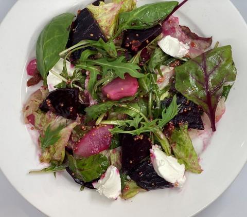 Салат из печеной свеклы с творожным сыром и маринованной грушей