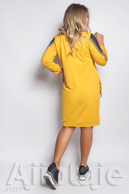 Платье горчичного цвета с вырезом на молнии