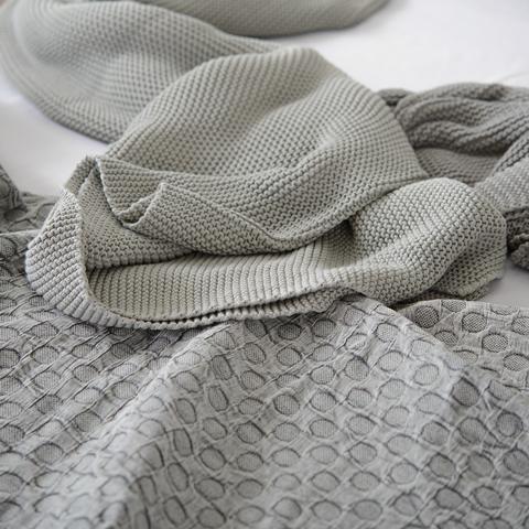 Покрывало из стираного хлопка серого цвета из коллекции Essential, 230х250 см