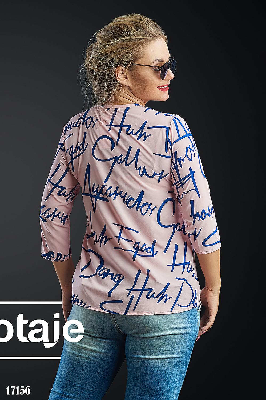 Блузка цвета пудра с газетным принтом