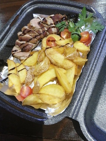 Жареная утиная грудка с картофелем и соусом из бальзамического уксуса