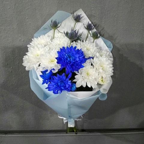 Букет из белых и синих хризантем
