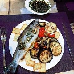 Запеченная форель с овощами-гриль