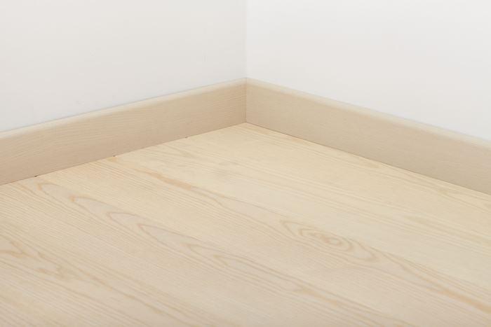 Плинтус Tarkett Tango Ясень белый 80*20*2400 вертикальный (наклонный)