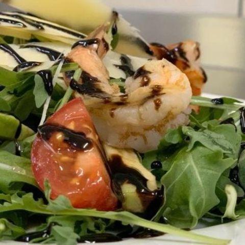 Теплый салат с креветками и рукколой
