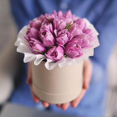 Шляпная коробка с сиреневыми тюльпанами