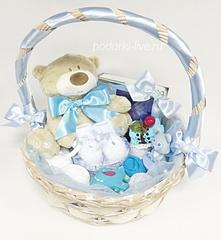 Корзина с детской одеждой и подарками