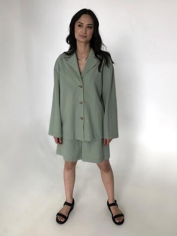 Костюм из жатого хлопка в пижамном стиле с шортами и поясом оливковый