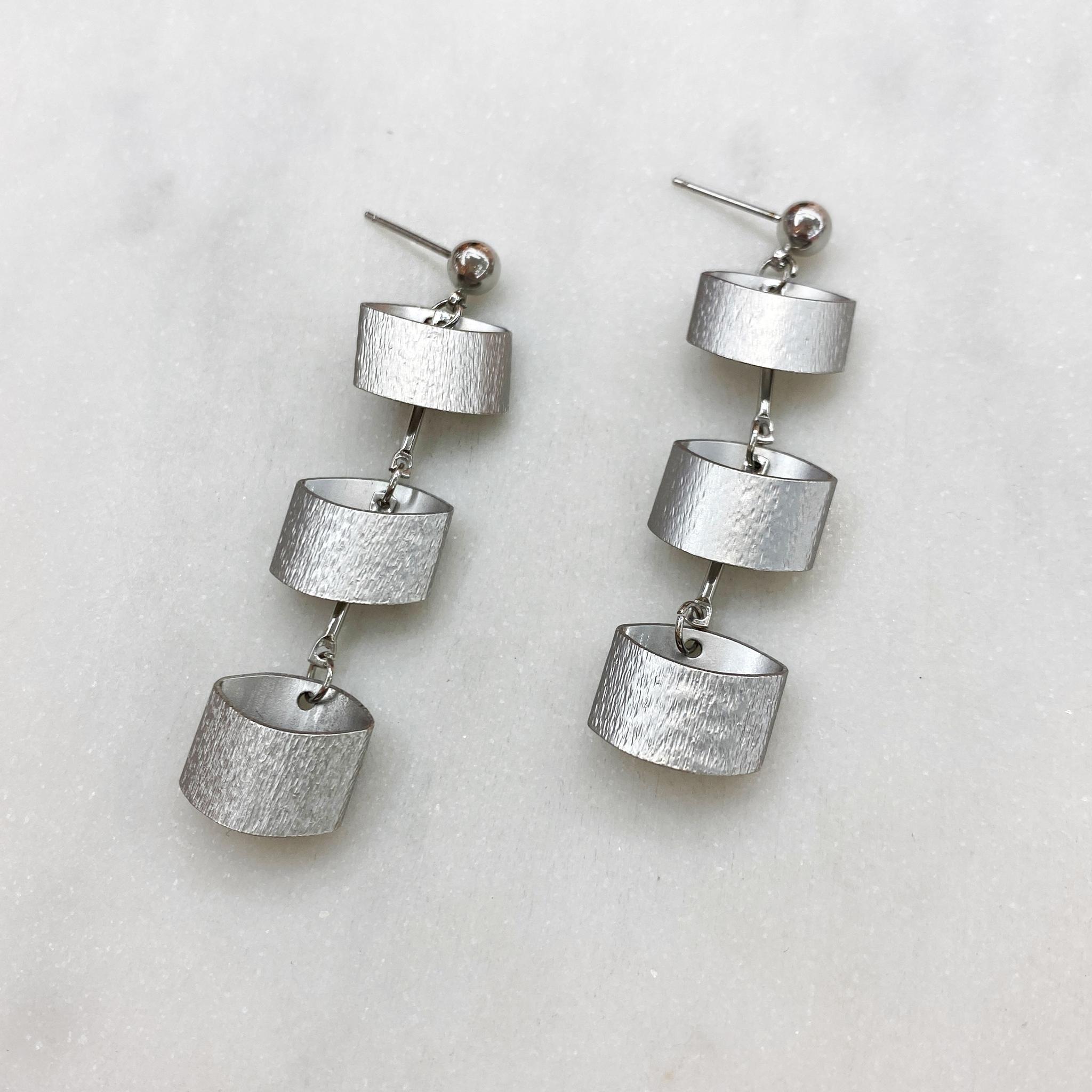 Серьги-пусет с цилиндрическими подвесками серебряный
