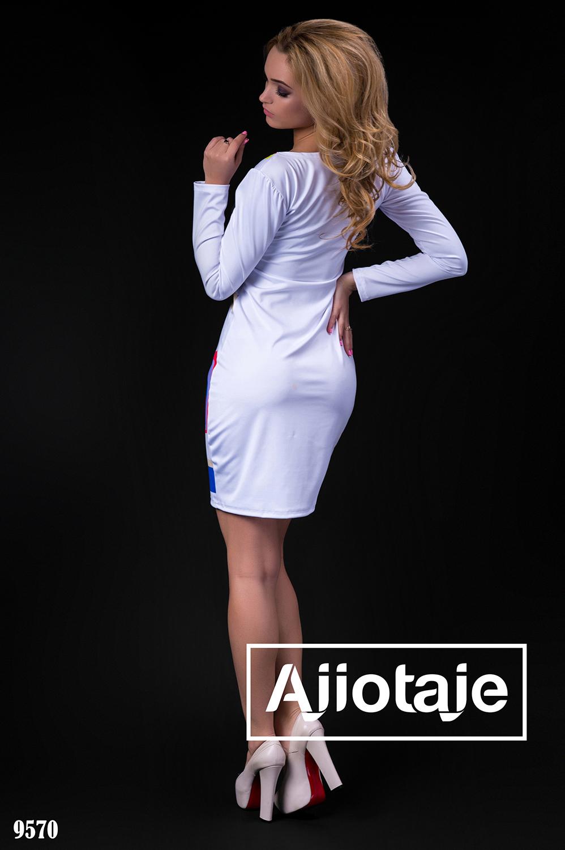 Платье белого цвета с ярким узором