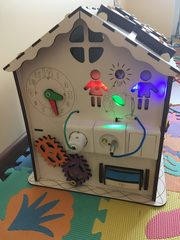 Бизиборд Дом Счастливый ребёнок с подсветкой и магнитным полем для рисования мелками.