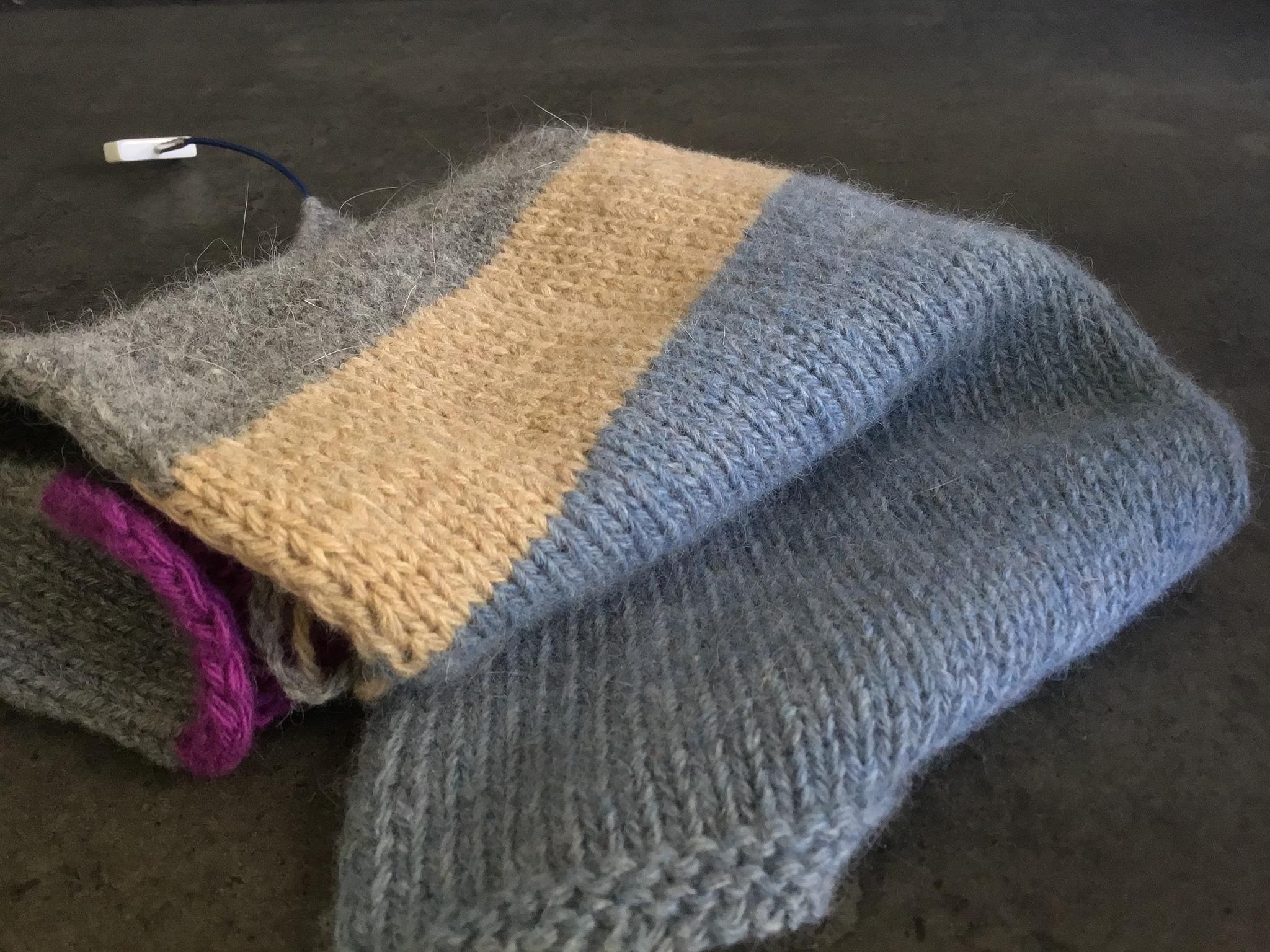 Образец Foxy, меринос с ангорой, связан в 4 нити на спицах 4,5 мм. Одна стирка. Толщина для очень тёплого свитера. Голубой и серый образцы.