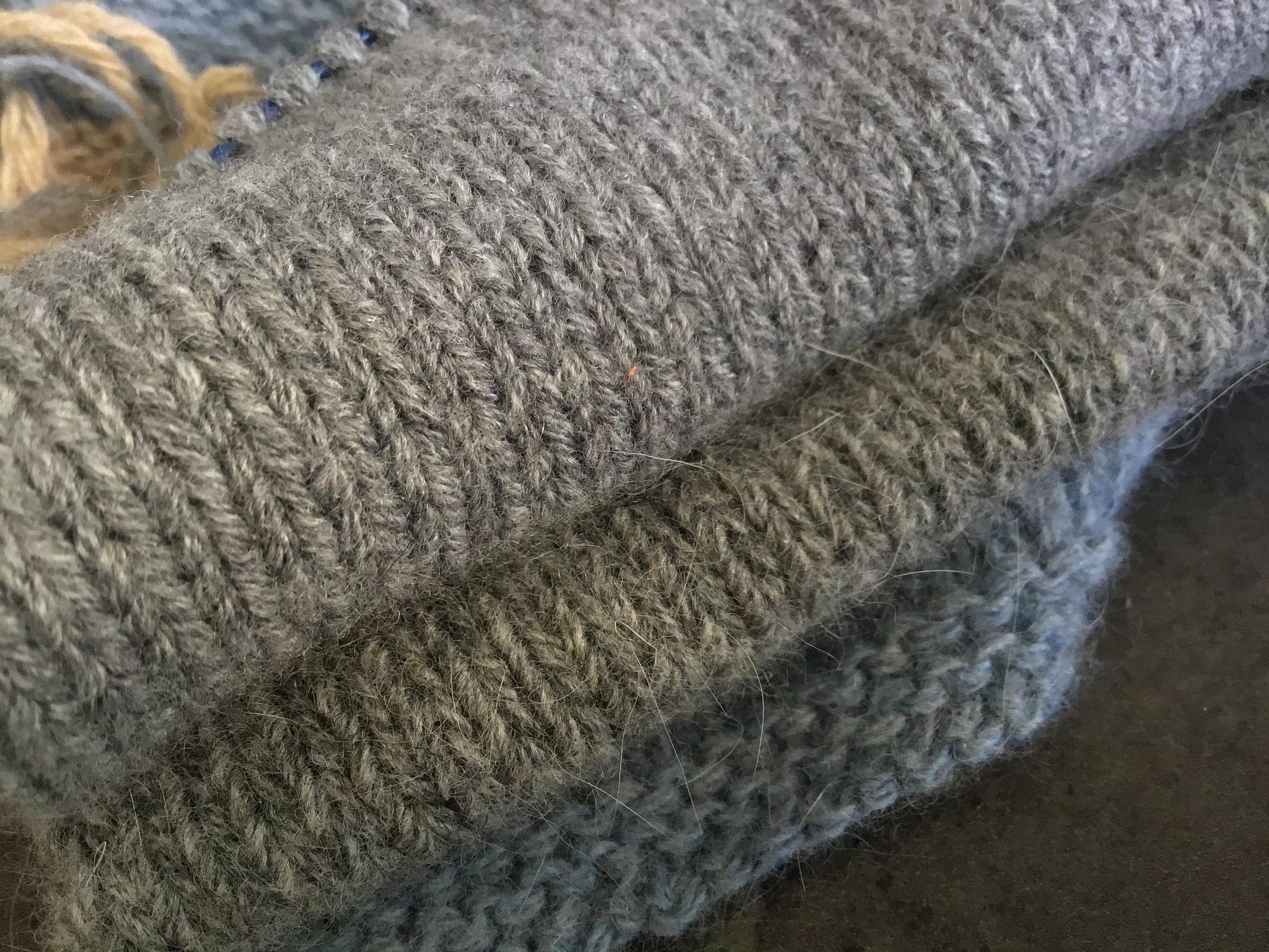 Образец Foxy, меринос с ангорой, связан в 4 нити на спицах 4,5 мм. Одна стирка. Толщина для очень тёплого свитера. Средний и нижний образцы.