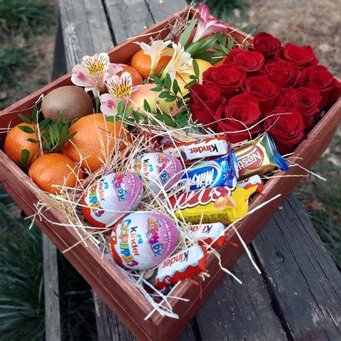 Розы, фрукты, сладости