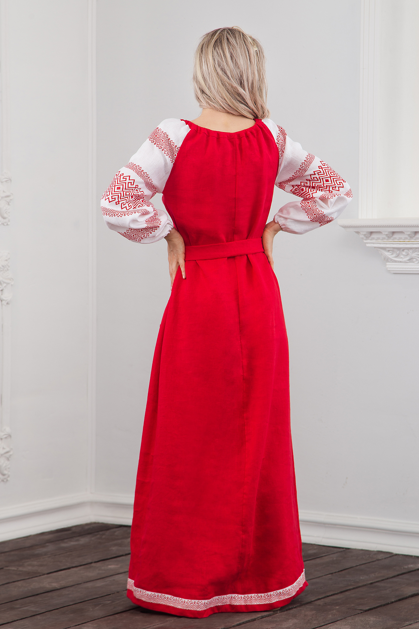 Вид сзади красного русского-народного платья Плодородие