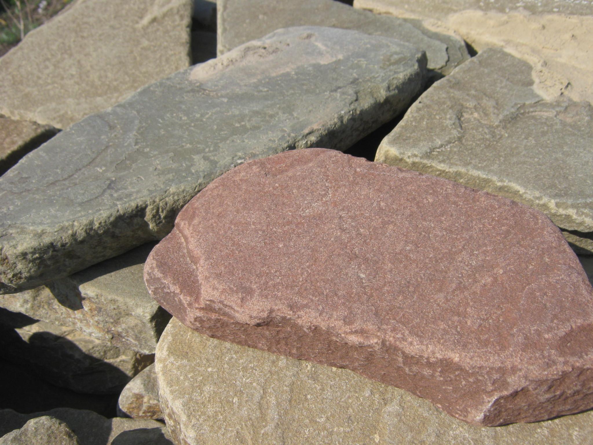 Песчаник галтованный Ручейник Терракот образцы на фоне серый