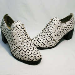 Закрытые босоножки на толстом каблуке женские Arella 426-33 White.