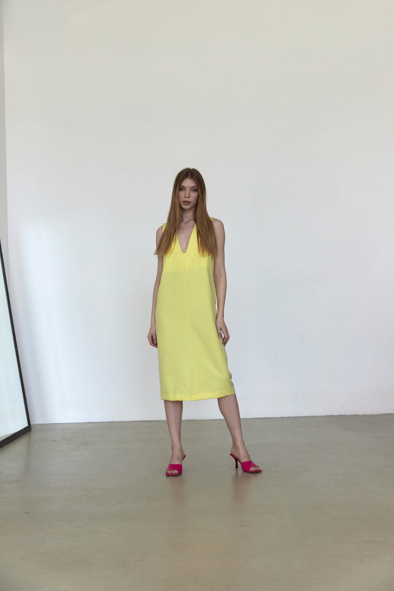 Платье без боковых швов с вырезом на груди, желтое