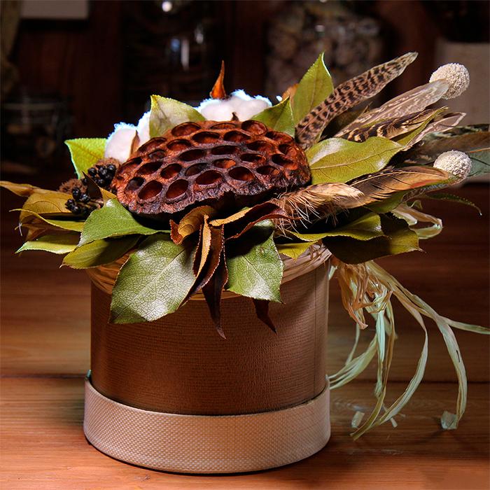 Композиция из сухоцветов и стабилизированных цветов в шляпной коробке декор интерьер Пермь