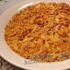 Рёшти с беконом и сыром в тарелке