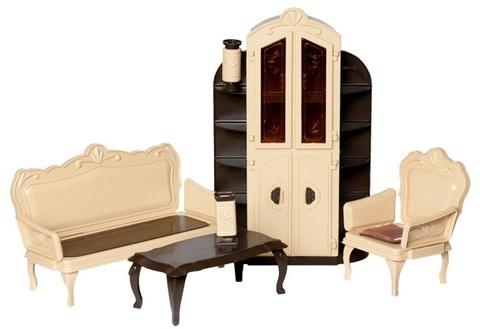 В комплект игрушки входят:  Крышка стола - 1 шт., Ножка стола - 4 шт., Боковина левая - 2 шт., Боковина правая - 2 шт., Ножки (кресло, диван) - 8 шт., Рамка кресла - 1 шт., Каркас кресла - 1 шт., Спинка кресла - 1шт., Рамка дивана - 1 шт., Каркас дивана - 1 шт., Спинка дивана - 1 шт., Полукорпус вазы круглой - 2 шт., Подставка вазы круглой - 1 шт., Ободок вазы круглой - 1шт., Полукорпус вазы прямоугольной - 2 шт., Подставка вазы прямоугольной - 1 шт., Ободок вазы прямоугольной - 1 шт., Ткань для кресла - 1 шт., Ткань для дивана - 1 шт., Шкаф - 1 шт.  Мебель подходит для игр с куклами до 30 см (Барби)