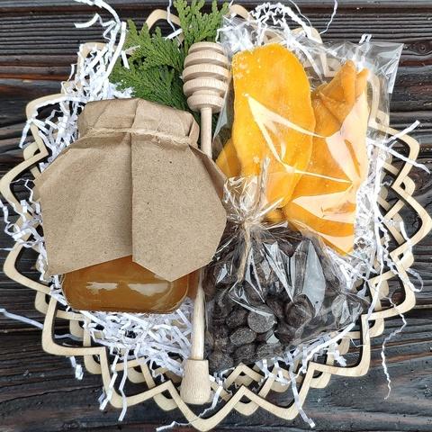 Фотография Подарочная корзина манго, шоколад, мед разнотравье, 420 гр. купить в магазине Афлора