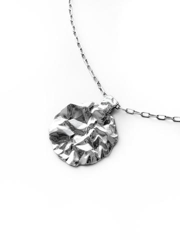 Серебряное колье с круглым медальоном