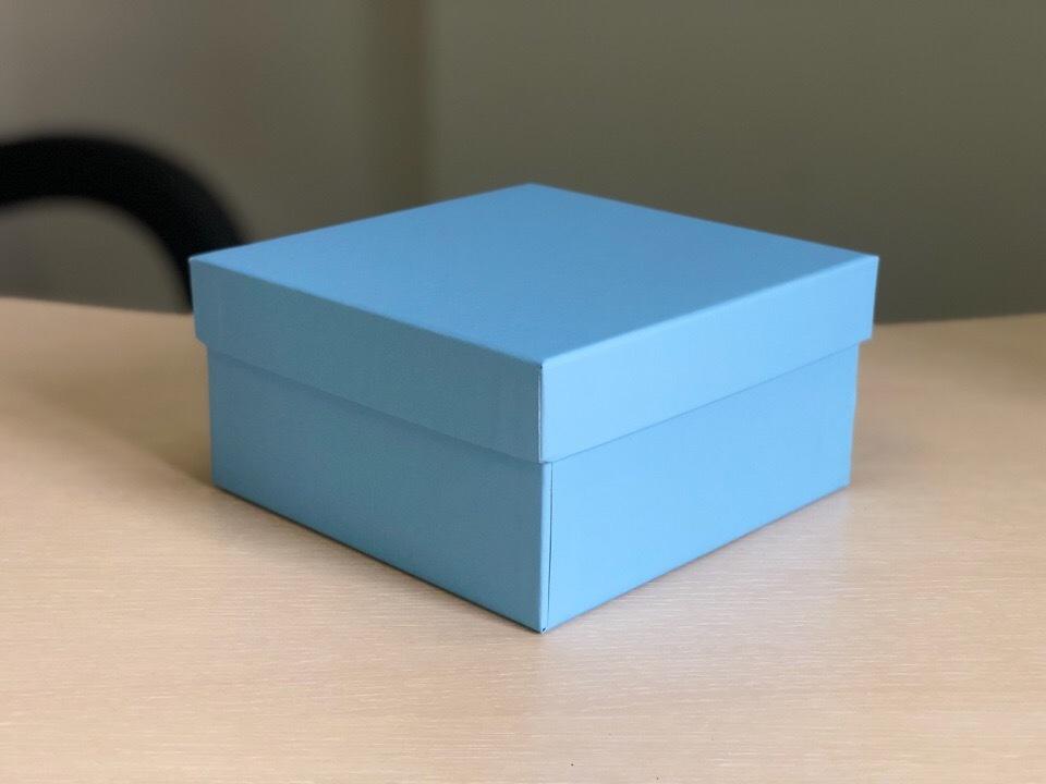 Квадратная коробка 16,5см .Цвет;голубой  . В розницу 200 рублей