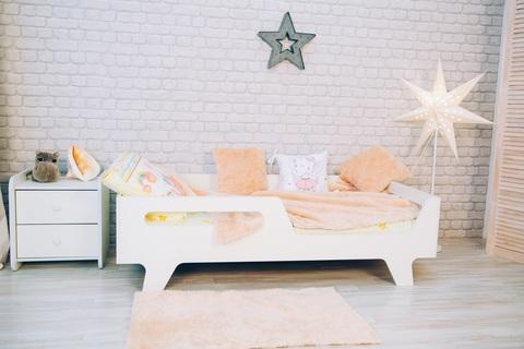 Кровать детская на ножках белая