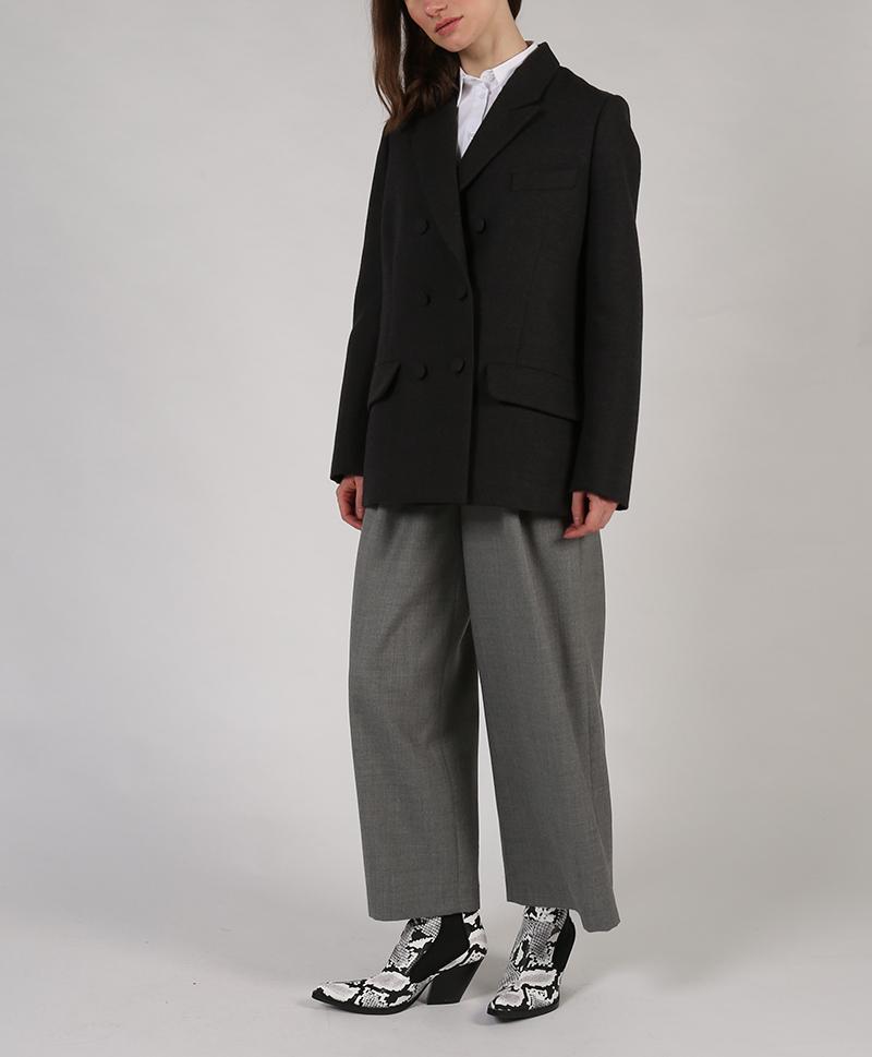 серый-пиджак-в-полный-рост