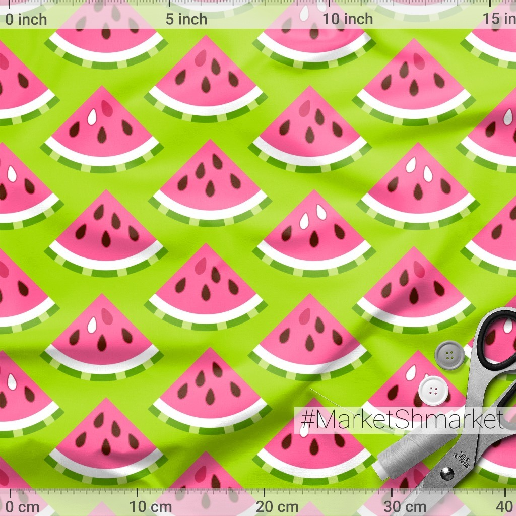 Розовый арбуз на зеленом фоне