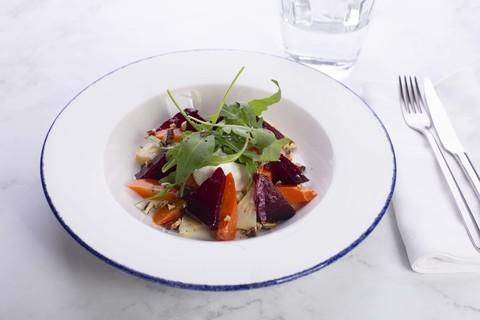 Салат из запеченных овощей с фетой и рукколой