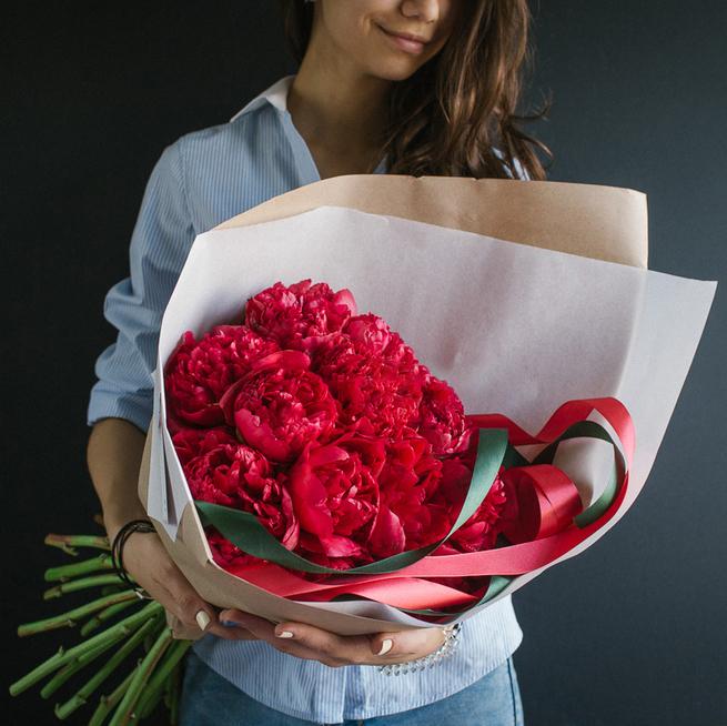 Купить букет алых красных пионов в Перми