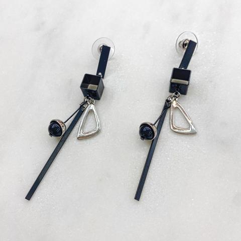 Серьги-подвески с черными геометричными элементами