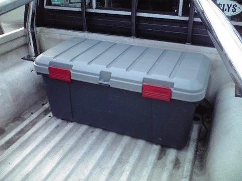 Экспедиционный ящик IRIS RV Box Car Trunk 85, в кузове пикапа.