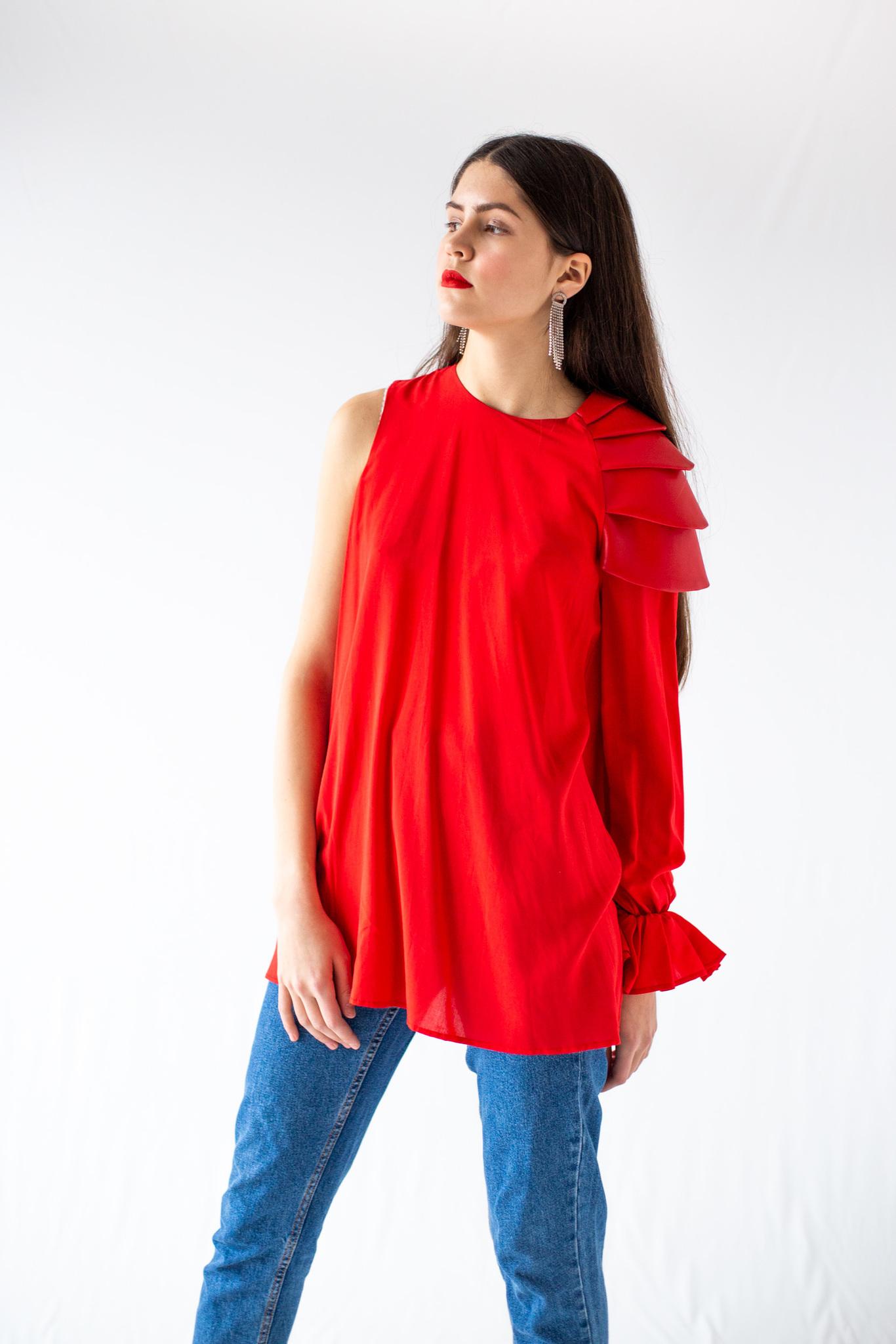 Блузка с плечом