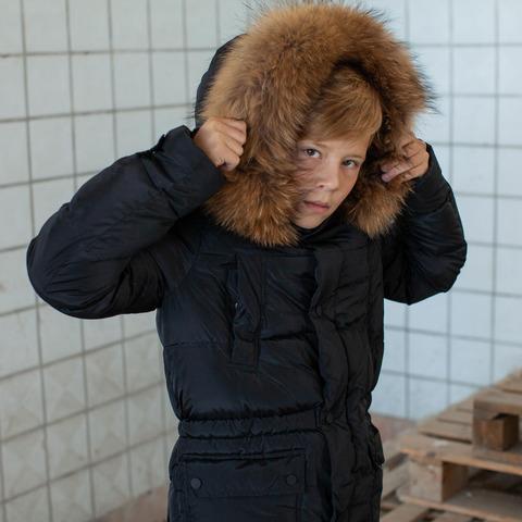 Подростковое зимнее пальто на мальчика черного цвета с натуральным мехом