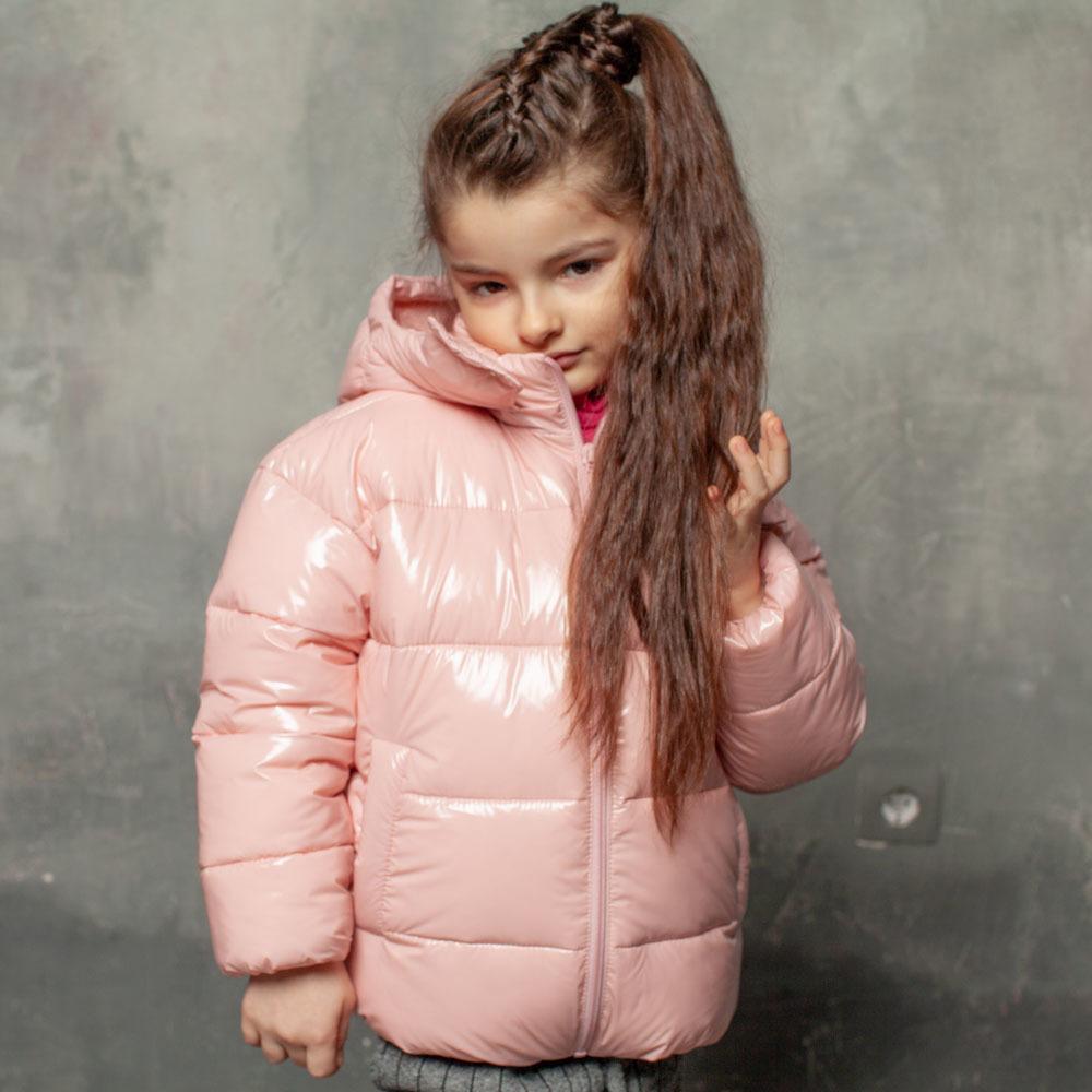 Демісезонна дитяча куртка рожевого кольору з лакової плащової тканини