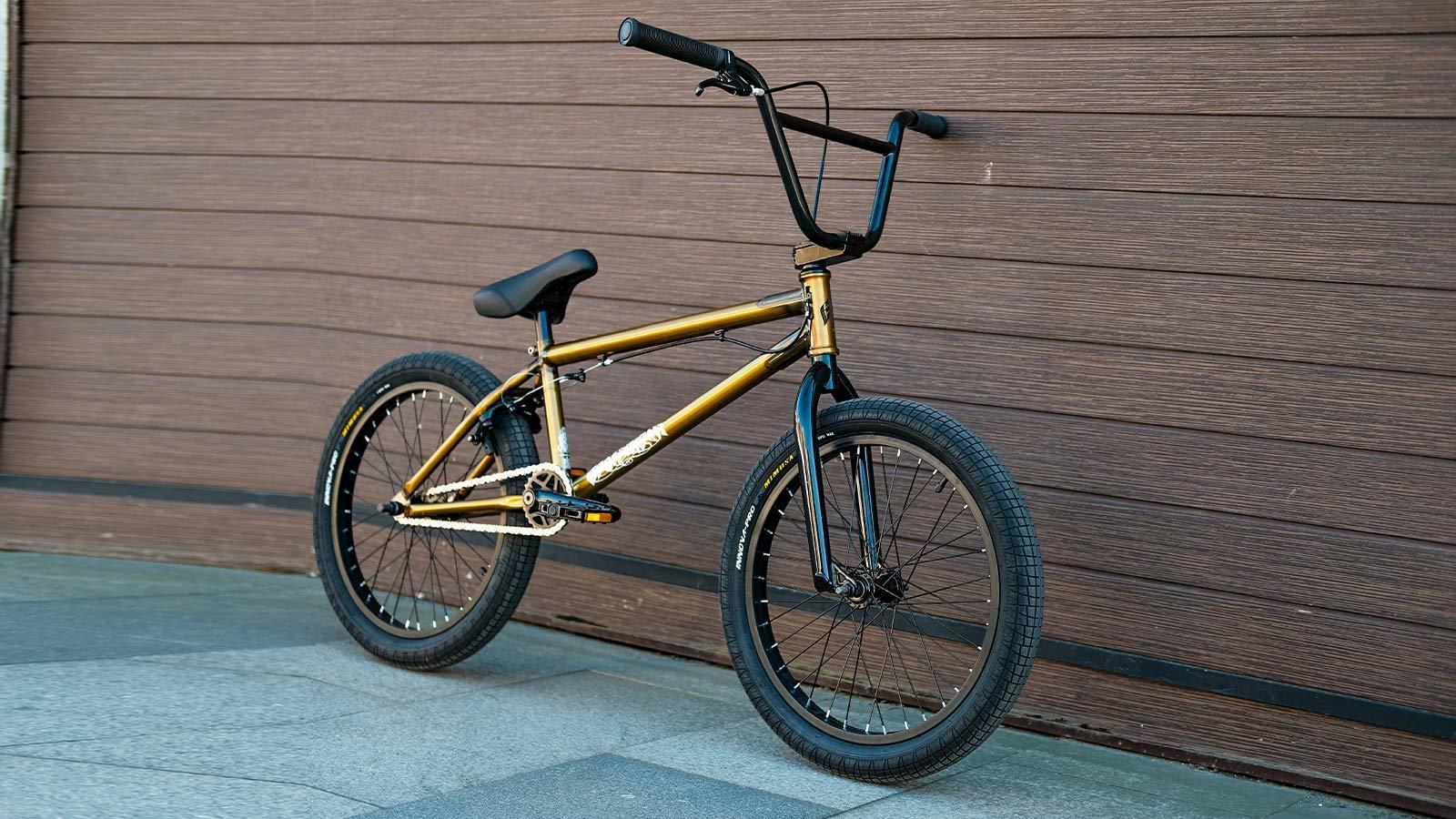 bmx для подростков велосипед прислонен к стене