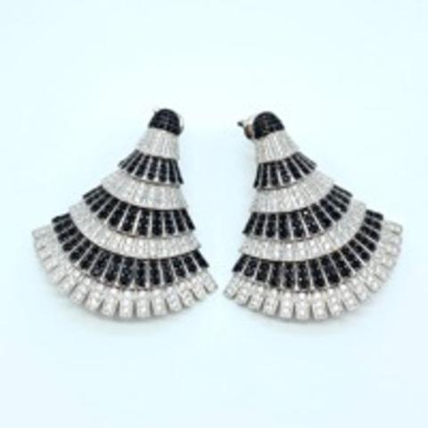 78523 -Роскошные серьги веера из серебра с черно-белыми микроцирконами