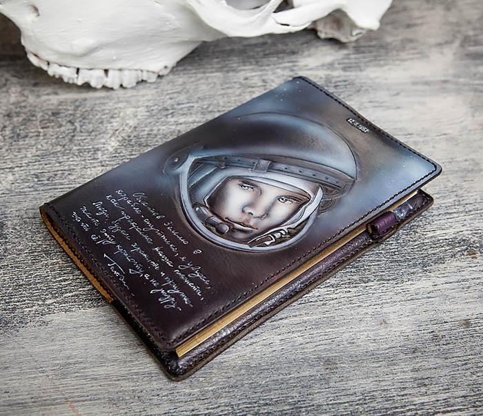 BC202 Подарочный кожаный ежедневник «Гагарин» с художественным раскрасом (A5) фото 07