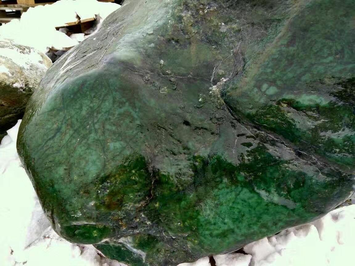 Нефрит, окатыш. Империал-изумрудно-зеленый (Бурятия)