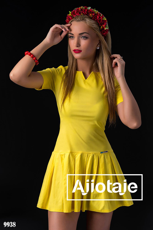 Желтое платье с юбкой в складочку