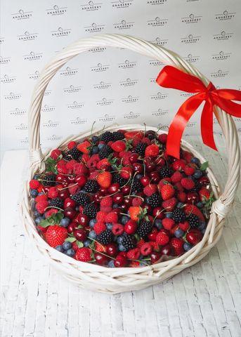 Корзина со свежими ягодами