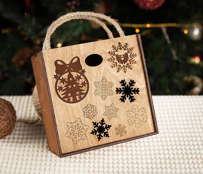 BOX202-2 Коричневая коробка из дерева со снежинками (17*17*10 см) фото 02