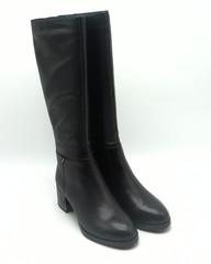 Черные кожаные сапоги на меху и устойчивом каблуке