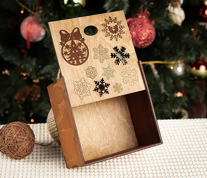 BOX202-2 Коричневая коробка из дерева со снежинками (17*17*10 см) фото 03