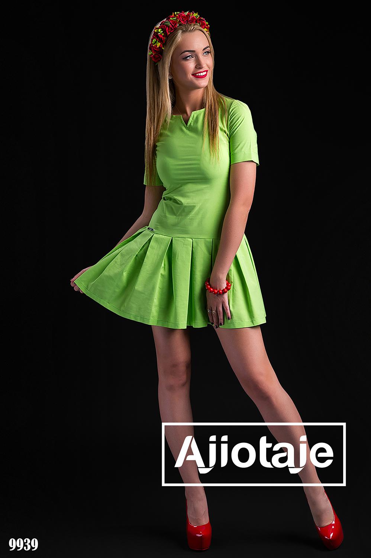 Зеленое платье с юбкой в складочку