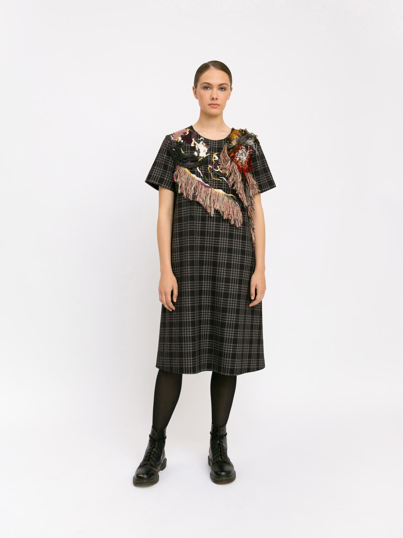 Шерстяное платье с вышивками