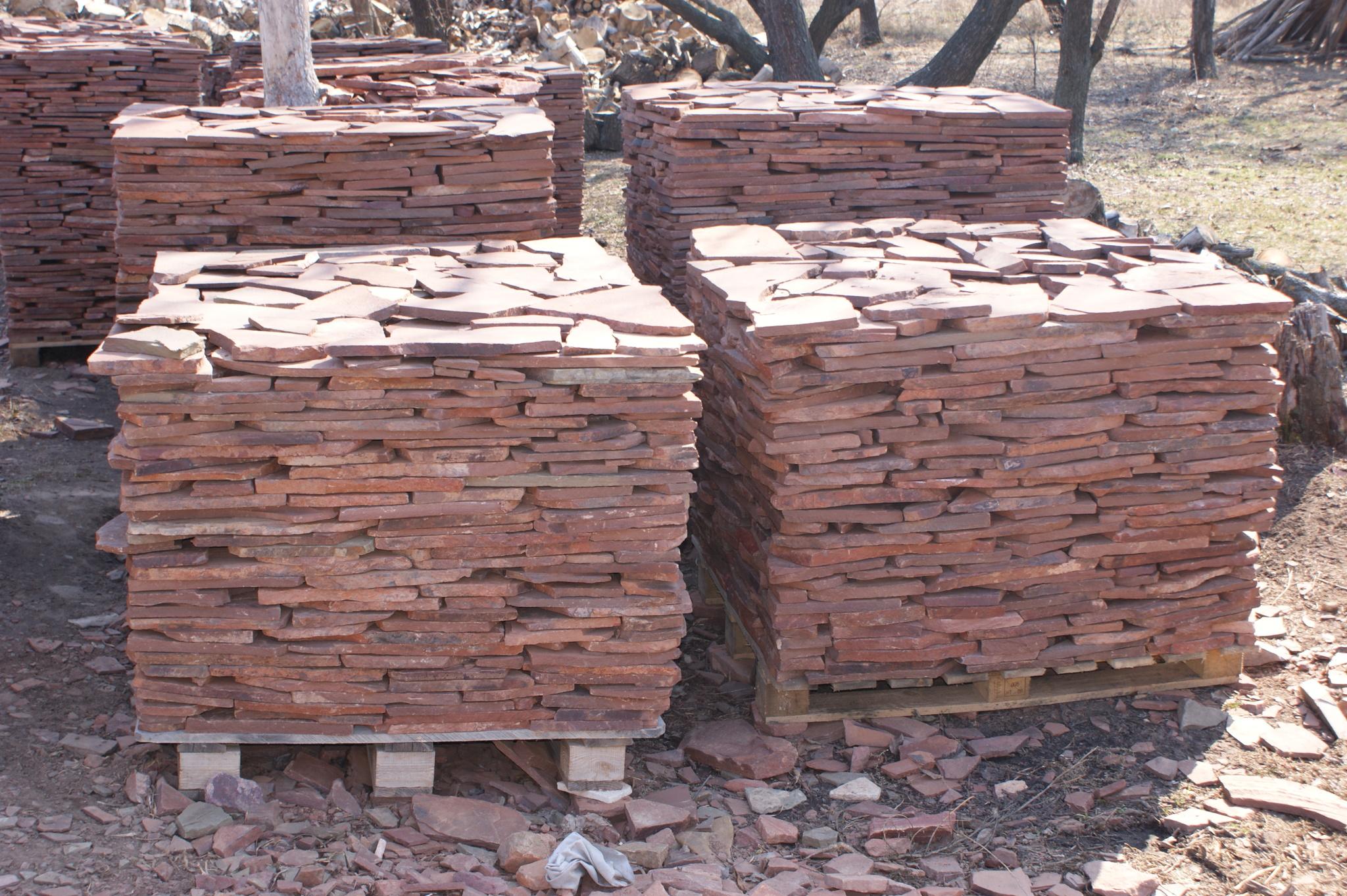 Песчаник плитняк Терракот (красный) на поддонах